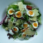 Зелена салата от твърдо сварени яйца