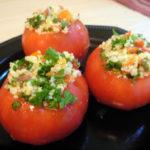 Пълнени червени домати върху зелена салата