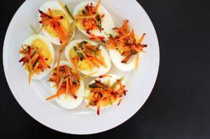 сварени яйца със зеленчуци