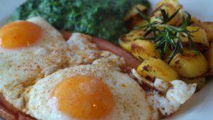 яйца на очи и спанак